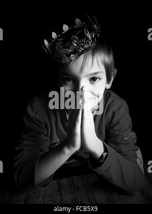 Ritratto di ragazzo che indossa la corona Foto Stock