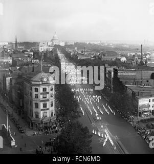 Ku Klux Klan marciando verso il basso Pennsylvania Avenue a Washington DC il 13 settembre 1926