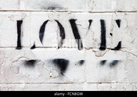 LONDON, Regno Unito - 13 GENNAIO 2016: La parola amore spruzzata su un muro di mattoni a Londra, il 13 gennaio 2016. Foto Stock