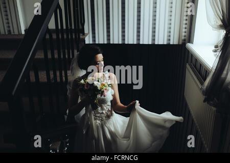 Sposa in posa sulla camera Foto Stock