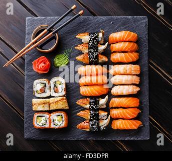 Sushi set su pietra nera sullo sfondo di ardesia Foto Stock