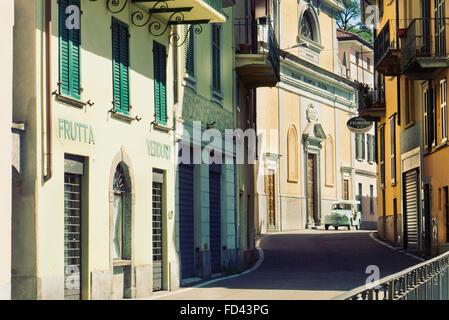 1954 Fiat Topolino Jolly beach automobile guida attraverso un villaggio italiano sul Lago di Como. Foto Stock