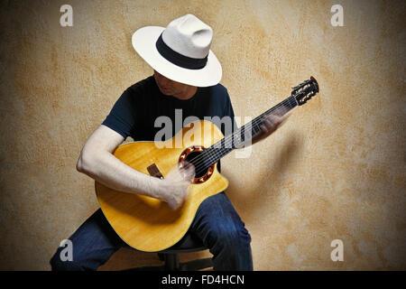 Un chitarrista suonando la chitarra veramente veloce. Foto Stock