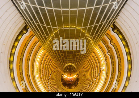 Il Grand Hyatt Shanghai visto dalla cima della atrium in Cina a Shanghai. Foto Stock