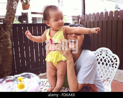 La madre gioca con il suo bambino Foto Stock