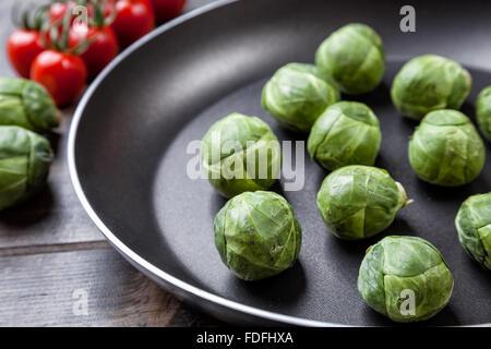 Fresco e salutare organic i cavoletti di Bruxelles in una padella Foto Stock