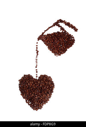 Studio shot di un caffè amante di cuore fatto di chicchi di caffè Foto Stock