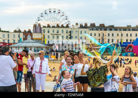 Soffiare bolle sul lungomare a Margate seaside, Kent, sud-est dell' Inghilterra, Regno Unito