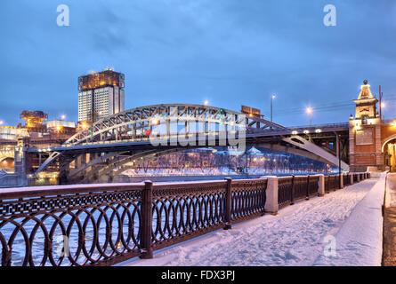 Argine del fiume di Mosca vicino Andreevsky ponte ferroviario e la costruzione della Accademia delle Scienze di sera, Mosca, Russia Foto Stock