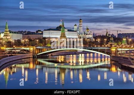 Vista su Bolshoy Kamenny Bridge e il Cremlino al mattino, Russia Foto Stock