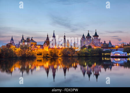 Cremlino Izmaylovo sul tramonto, Mosca, Russia Foto Stock