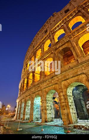 Vista notturna del Colosseo noto anche come l'Anfiteatro Flavio, Roma, Italia Foto Stock