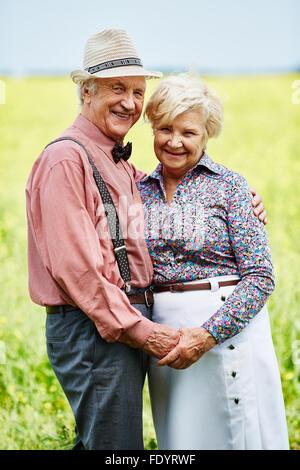 Seniors affettuoso azienda da mani in ambiente rurale