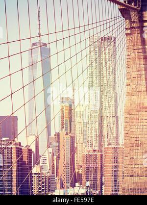 Vintage tonico grattacieli di Manhattan vista dal Ponte di Brooklyn, New York, Stati Uniti d'America. Foto Stock
