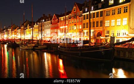 Imbarcazioni presso il porto di Nyhavn nella notte, Copenhagen, Danimarca. Nyhavn è un famoso xvii secolo terrapieno, Foto Stock
