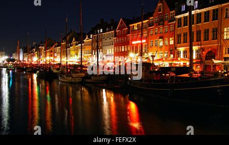 Porto di Nyhavn nella notte, Copenhagen, Danimarca. Nyhavn è un famoso xvii secolo terrapieno, canal e area di intrattenimento Foto Stock
