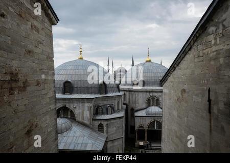 La Moschea Blu (Sultan Ahmet Camii), come si vede dalla Hagia Sophia, Istanbul, Turchia il 3 maggio 2015. Foto Stock