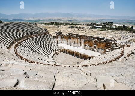 Vista in elevazione del antico anfiteatro romano, Hierapolis, Pamukkale, Anatolia, Turchia Foto Stock
