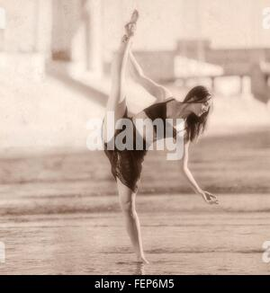 Giovane donna gamba sollevata, in equilibrio su una gamba, b&W, Los Angeles, California, Stati Uniti d'America Foto Stock