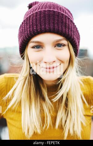 Ritratto di giovane donna che indossa berretto lavorato a maglia