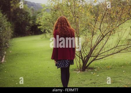 Vista posteriore della donna in posizione di parcheggio Foto Stock