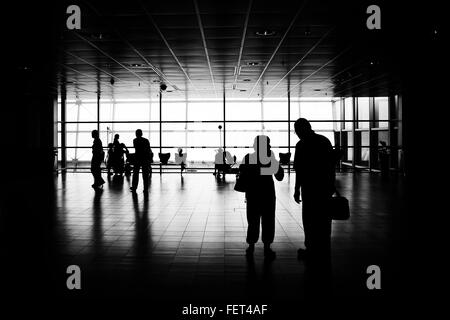 Silhouette di persone in piedi in aeroporto Foto Stock
