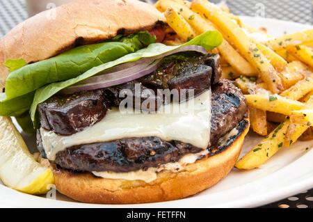 Tartufo hamburger di maiale con Foie Gras e tartufo patatine fritte, Tartufo Ristorante di maiale, uno posto sul Foto Stock