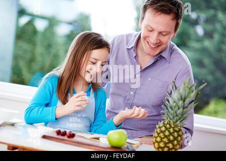 Bambino la preparazione di alimenti con i genitori