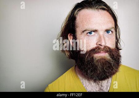 Uomo caucasico con espressione seria Foto Stock