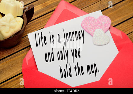 La vita è un cammino e solo tu puoi tenere la mappa scritto su carta Foto Stock