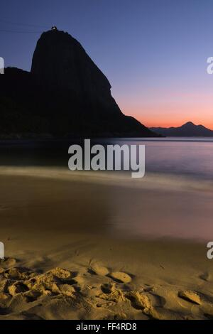 Rio de Janeiro, Brasile, 10 febbraio, 2016. Alba colorata in Vermelha Beach, con Sugarloaf a sinistra Credito: Maria Adelaide Silva/Alamy Live News