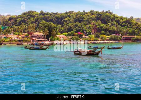 Lunga coda di barche nel porto di Phi Phi Island, Krabi, Thailandia Foto Stock