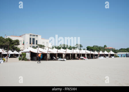 La lunga spiaggia di sabbia con chalets di fronte al Palazzo del Cinema del Lido di Venezia sul Lungomare Guglielmo Marconi, Lido di V