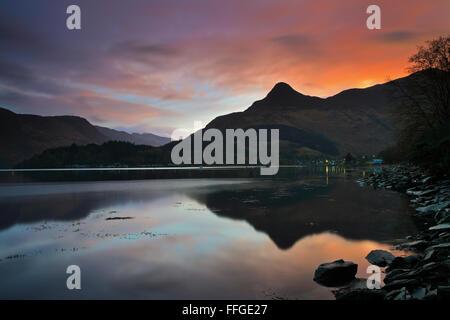 Il Pap di Glencoe nelle Highlands scozzesi, riflessa in Loch Leven presso sunrise ai primi di novembre. Foto Stock