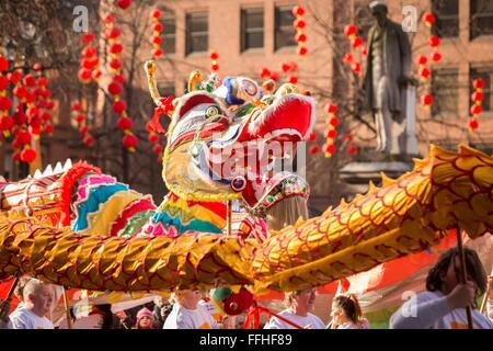 Manchester festeggia il nuovo anno cinese di oggi (domenica 7 Feb 2016) con un drago parata e balli tradizionali Foto Stock