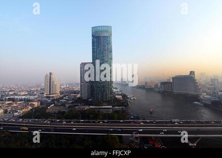 Il fiume torre residenziale dal fiume Chao Phraya a Bangkok.