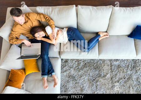Giovane rilassante in moderno appartamento Foto Stock