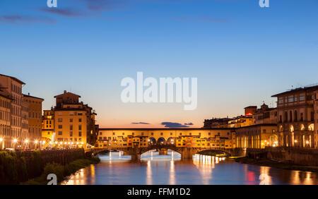 Il Ponte Vecchio è un ponte medievale sul fiume Arno, a Firenze, Italia Foto Stock