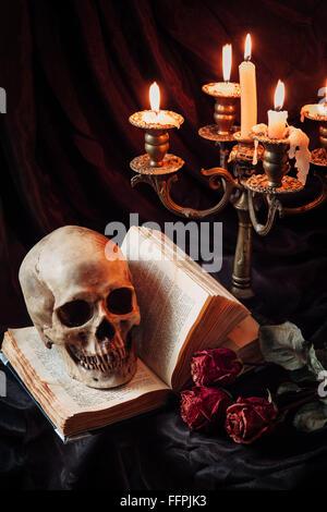 Natura morta con cranio, libro e candelabro Foto Stock