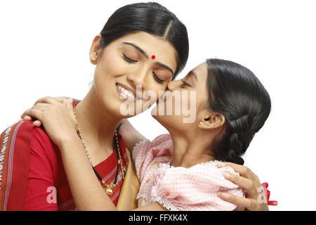 L'agricoltore indiano figlia bacio sulla guancia madre signor#743B,743C Foto Stock