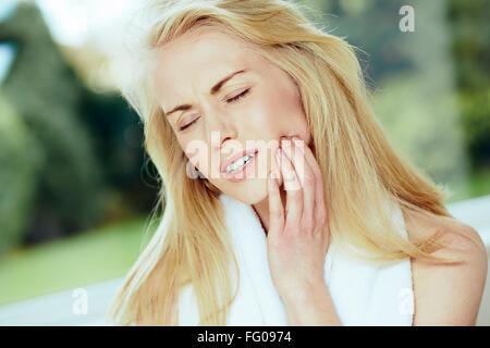 Ragazza con il mal di denti Foto Stock