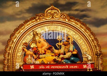 Idolo signore ganesh elephant intitolata Dio dea Lakshmi seduta pongono magnifica decorazione festival Ganpati Pune Foto Stock