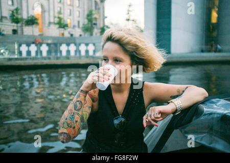 Le donne sedute e di bere in barca sul fiume Foto Stock