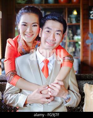 Ritratto di coppia felice abbracciando a casa Foto Stock