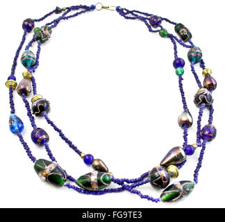 Collana di perle su sfondo bianco Foto Stock