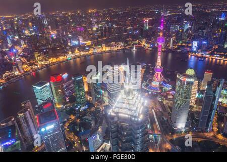 Vista sul quartiere finanziario di Pudong di notte, Shanghai, Cina Foto Stock