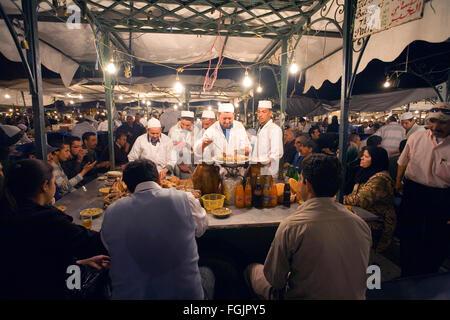 Mangiare fuori in Piazza Jemaa El Fna a Marrakech marocco Foto Stock