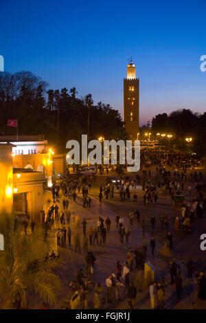 La Moschea di Koutoubia a Piazza Jemaa El Fna a Marrakech in notturna. Il Marocco Foto Stock