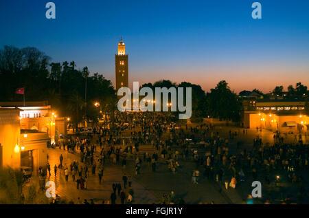La Moschea di Koutoubia e la Piazza Jemaa El Fna a Marrakech in notturna. Il Marocco Foto Stock