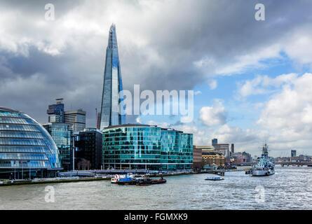 Vista dal Tower Bridge verso il coccio e HMS Belfast, Southwark, Londra, Inghilterra, Regno Unito Foto Stock